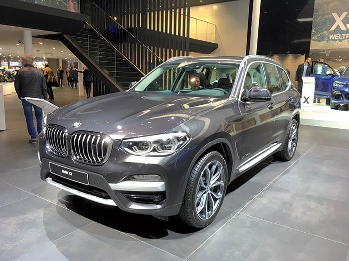 Proche visuellement de son prédécesseur, le SUV à succès X3 de l'allemand BMW a été entièrement renouvelé : il se fait plus léger comme le veut la tendance, mais également plus aérodynamique.