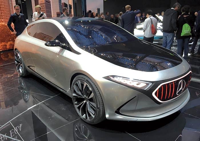 Chez Mercedes, le concept EQA (4,29 m) esquisse une Classe A tout-électrique avec deux moteurs offrant une puissance modulable jusqu'à 200 kW et une traction intégrale. Elle sera le premier modèle de la gamme électrique EQ.