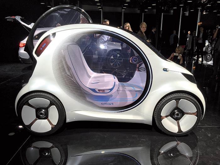 La smart Vision EQ fortwo décline un concept de petit véhicule électrique sans volant – le premier chez smart –, fait pour servir en autopartage. La marque de petites voitures urbaines est promise à un avenir 100 % électrique d'ici 2020.