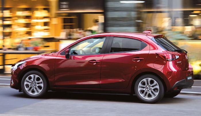 La Mazda2 s'équipe du 1.5 Skyactiv-G en 75, 90 et 115 ch, pour 110, 105 et 115 g (à partir de 14 450, 16 350 et 19 750 euros). Jaugée à 4,06 m, cette Mazda2 fait partie des grandes du segment, tout en s'octroyant des airs de compacte.