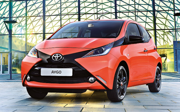 Sous le capot de l'Aygo de Toyota le 3-cylindres est à la manœuvre, plus précisément un 1.0 de 68 ch à 95 g (à partir 10 900 euros). Toyota complète cette offre avec une garantie de trois ans ou 100 000 km.