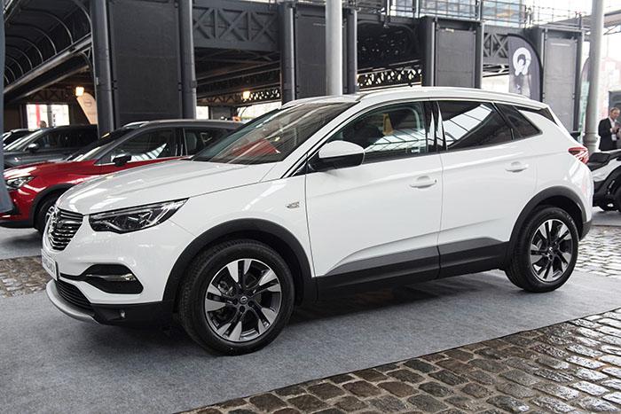 Avec un design plus classique que son nouveau cousin le 3008, le Grandland X, SUV compact d'Opel, reprend le châssis et les moteurs du modèle français.