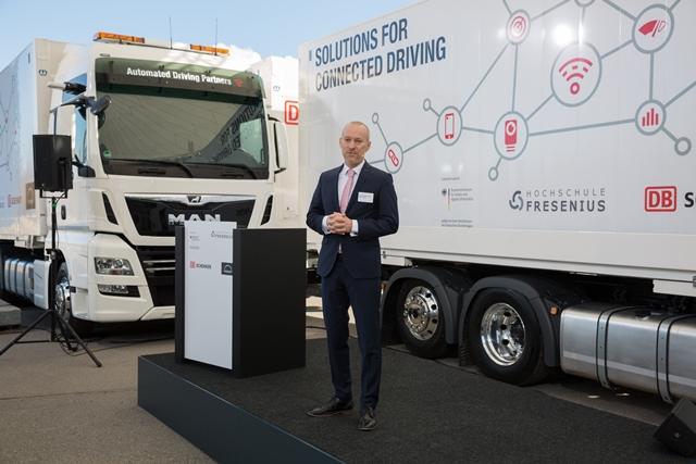 Christian T. Haas, directeur de l'institut de recherche en santé complexe de l'université Fresenius, a présenté le projet de recherche sur le platooning lors de la livraison des véhicules le 13 février 2018.