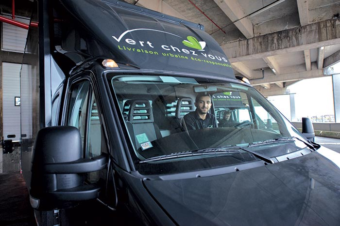 Entité du Groupe Labatut, Vert Chez Vous n'emploie que des véhicules propres pour assurer ses livraisons dans les centres urbains : vélos cargos électriques et VUL de moins de 3,5 t GNV (photo) ou électriques (voir notre n° 235 page xx).