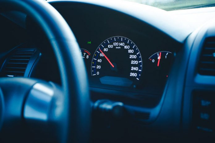 Relation entre vitesse et accidents - compteur vitesse voiture
