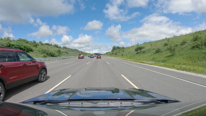 Vue de l'espace entre les véhicules lorsqu'il utilise la technologie de régulateur de vitesse adaptatif. © Ford