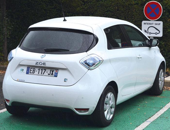 La flotte de l'établissement public de santé de Ville-Évrard dispose de 40 véhicules équipés en télématique embarquée par le loueur Arval dont 6 en autopartage, soit 2 Zoé électriques (photo) et 4 Peugeot 208.