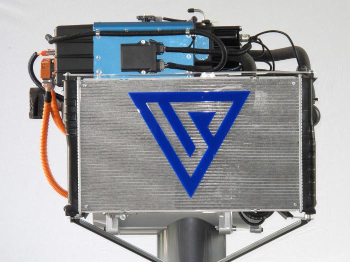 Le module H2Motiv L (en bleu) est installé au dessus de la partie électrique du véhicule et s'accompagne d'un radiateur (en gris). © Symbio