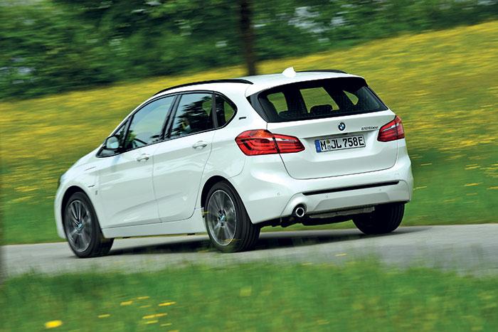 En hybride rechargeable eDrive, la BMW Active Tourer 225xe cumule la puissance du 3-cylindres essence 1.5 l de 136 ch avec un moteur électrique de 88 ch sur le train arrière. Soit au total une confortable puissance de 224 ch pour 52 g.