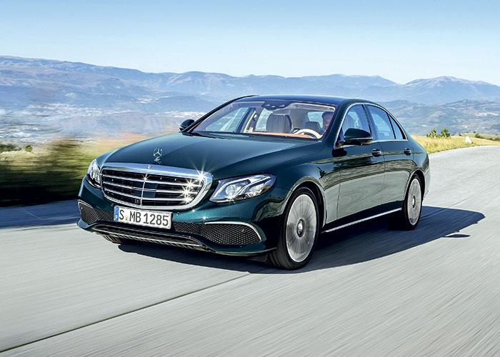 La Mercedes Classe E 350e se dote d'une hybridation rechargeable à partir d'un 2.0 l essence de 211 ch, aidé par un moteur électrique de 88 ch, le tout développant 286 ch et pointant à 49 g NEDC, donc probablement un peu plus de 50 g en WLTP.