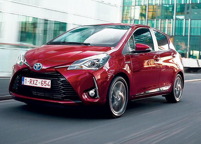 Sous le capot avant de la Toyota Yaris, on retrouve le 1.0 l VVTi de 70 ch à 104 g pour 14 350 euros en Active ou 15 250 euros en finition bien nommée France. La version poussée à 110 ch passe à 118 g et 16 400 euros.