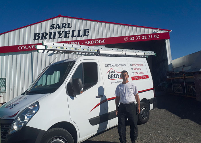 Basé à Jouy dans l'Eure-et-Loir (28), l'artisan-couvreur Jean-Michel Bruyelle fait appel à la LOA pour ses trois véhicules : un Master fourgon, un Master benne rallongé pour inclure un coffre extérieur, et un Kangoo Maxi.