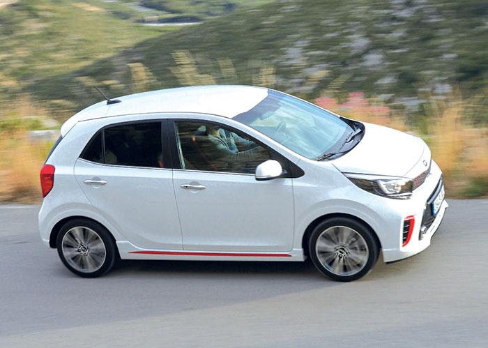 La Kia Picanto (longueur de 3,60 m) est emmenée par un 3-cylindres 1.0 l de 66 ch à 113 g pour 11 000 euros tout rond. Pour plus de vivacité, Kia ajoute un 1.2 l de 84 ch à tout juste 119 g, pour 15 200 euros.