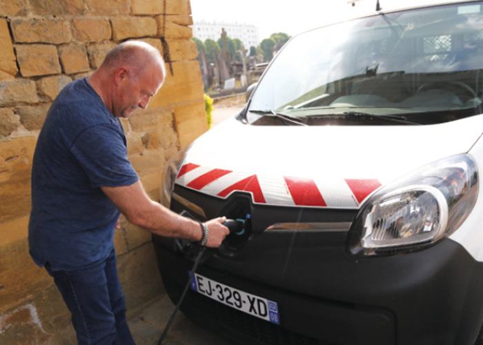 Au sein de la communauté d'agglomération Ardenne Métropole, le service d'autopartage de 32 voitures électriques est ouvert aux familles, aux associations, aux agents des mairies, aux entreprises, aux étudiants, aux demandeurs d'emploi, etc.