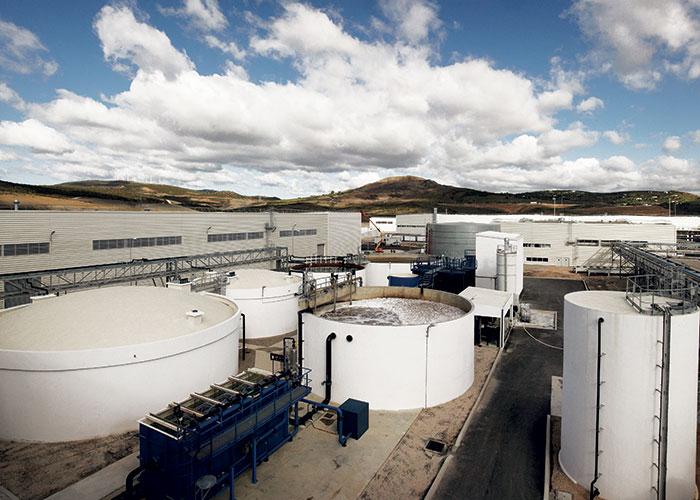 Sur le site Renault de Tanger, les besoins en eau ont été réduits de 70 % en créant un cycle fermé pour l'eau de refroidissement, et en effectuant des traitements assez poussés de filtration afin de réutiliser l'eau le plus longtemps possible.