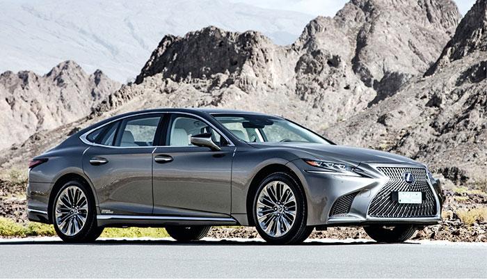 La Lexus LS s'offre une nouvelle hybridation essence très sobre : 3.5 l V6 de 299 ch (359 ch au total) pour un CO2 à 142 g en propulsion (à partir de 97 100 euros) et à 162 g en transmission intégrale (à partir de 101 000 euros).