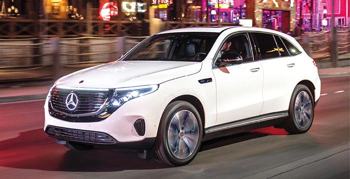 Chez Mercedes, l'EQC 400 4Matic aligne 408 ch tirés d'une batterie de 80 kWh qui assure une autonomie de 450 km en WLTP. La commercialisation de ce SUV 100 % électrique débutera cet été pour un prix non déterminé à ce jour.