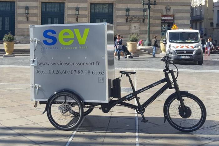 Écusson Vert travaille à la création d'une flotte de vélos à assistance électrique et équipés de remorques Bycilift. Pour ce faire, le livreur s'est regroupé avec neuf autres livreurs de deux sociétés : Green Concept Delivery et En roue libre.