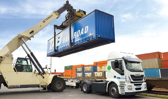 Chargement de caisse mobile sur un camion GNL Iveco