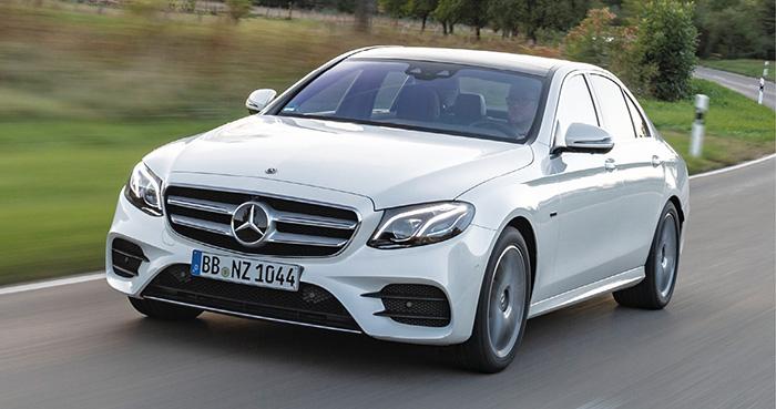 Sur la Classe E 300de de Mercedes, l'hybridation rechargeable en diesel est emmenée par le 4-cylindres 2.0 diesel de 194 ch, aidé par les 122 ch du moteur électrique, pour au total 306 ch et 35 à 43 g en berline (64 500 euros).
