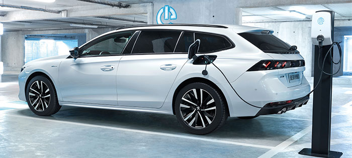 La Peugeot 508 hybride rechargeable HYbrid 225e aligne 225 ch grâce à la chaîne hybride simple du 3008, soit le 1.6 Puretech de 180 ch plus les 110 ch du moteur électrique logé dans la nouvelle boîte e-EAT8, pour 38 g seulement.