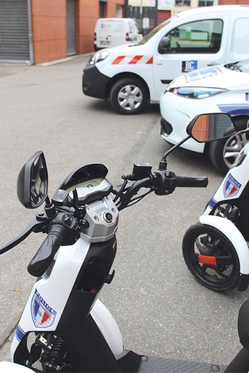 Pour Bois-Colombes, l'électrique s'est révélé une bonne option pour les VL et les petits VUL. De fait, les véhicules de la commune parcourent en moyenne 5 000 km par an – de 2 500 km pour certaines voitures à 35 000 km pour certains autocars.