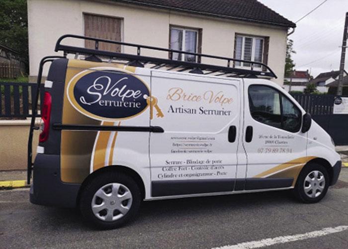 À son compte depuis mai 2018, l'artisan serrurier Brice Volpe basé à Chartres (28) a opté pour un véhicule d'occasion, en l'occurrence un Trafic acheté à crédit sur cinq ans et déjà partiellement équipé.