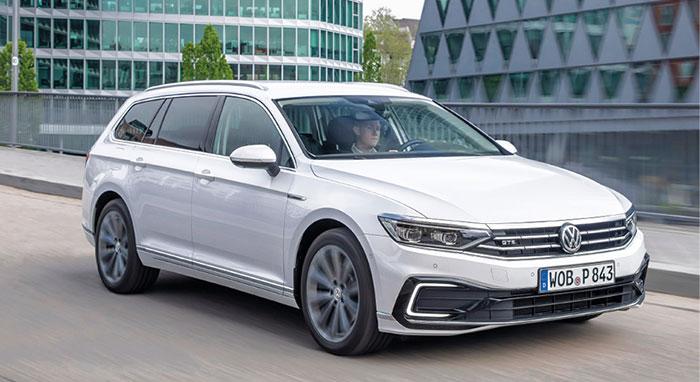 Remise aux normes, la Passat GTE de Volkswagen s'offre une hybridation rechargeable plus puissante. Avec une consommation moyenne moindre pour 49 g (non définitif) et une autonomie de 55 km en tout-électrique (WLTP).