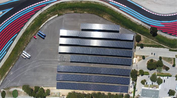 Le Circuit Paul Ricard s'équipe de 20 000 m2 d'ombrières photovoltaïques sur le circuit et de 1 500 m2 sur l'aéroport du Castellet. Sont aussi en projet 600 m2 de panneaux solaires sur le toit d'un hangar de maintenance.
