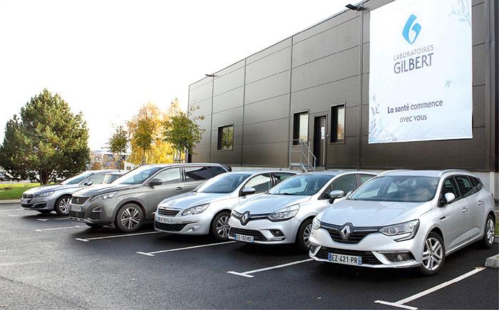 La flotte des Laboratoires Gilbert comprend environ 200 véhicules dont 80 % émettent moins de 99 g/km de CO2. Et pour aller plus loin, l'entreprise réfléchit à intégrer des hybrides et des modèles électriques.