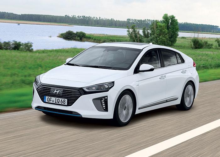 La Hyundai Ioniq Hybrid est emmenée par le 1.6 essence de 105 ch, aidé par un moteur électrique de 43 ch, le tout développant au maximum 141 ch pour un petit 79 g. Son prix : 28 250 euros en Business.