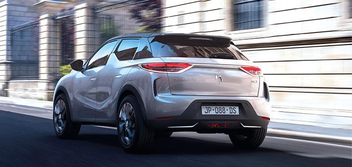 Le DS 3 Crossback e-Tense se dote d'un moteur électrique de 136 ch et son autonomie en WLTP atteint 320 km. Le prix reste très premium avec un accès à la gamme à 39 100 euros en So Chic et un maximum de 46 200 euros en La Première.