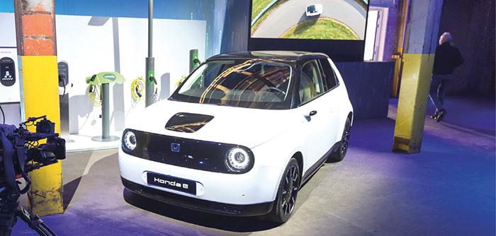 Emmenée par un moteur électrique de 154 ch, la Honda e affiche une autonomie assez restreinte de 200 km (WLTP) malgré sa batterie de 35,5 kWh, pour un prix minimum de 35 060 euros et jusqu'à 38 060 euros dans sa puissance poussée à 153 ch !