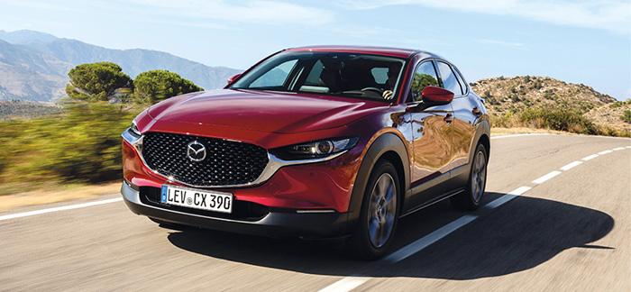 En Business Executive et WLTP, le Mazda CX-30 reprend la plate-forme de la berline 3 avec le 2.0 essence SkyactivX hybridé de 180 ch à 135 g avec la boîte manuelle et en 4x2 pour 31 000 euros ; ou à 146 g avec la boîte auto, toujours en 4x2 (+ 2 000 euros).