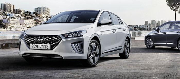 La berline Hyundai Ioniq (kit à 893,33 euros HT, coffre de 1 417 l) est proposée en hybride simple de 141 ch/102 g à 27 750 euros TTC, en hybride rechargeable de 141 ch/26 g à 36 800 euros TTC, et en électrique de 136 ch à 34 900 euros TTC.