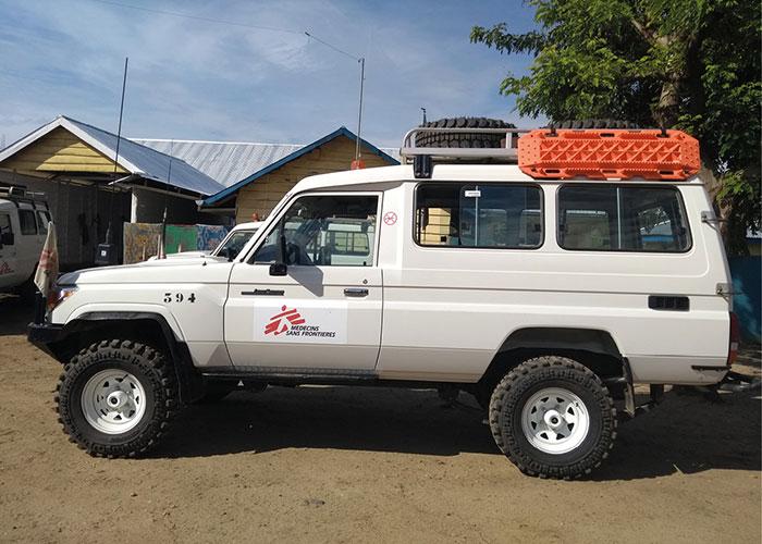 Pour ses missions dans une soixantaine de pays, Médecins Sans Frontières s'appuie sur une flotte d'environ 2 000 véhicules.