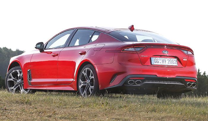 Kia veut cultiver une image haut de gamme en coiffant sa gamme de constructeur généraliste par son grand coupé 5 portes Stinger (4,83 m de long), emmené par un 4-cyl. 2.0 turbo-essence de 245 ch à 208 g pour 50 500 euros.