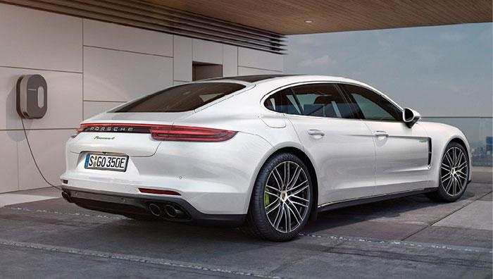 La Porsche Panamera a droit à sa petite dose d'électricité dans sa version E-Hybrid avec son 3.0 V6 de 330 ch secondé par un moteur électrique, le tout développant 462 ch pour 62 g seulement (115 277 euros).