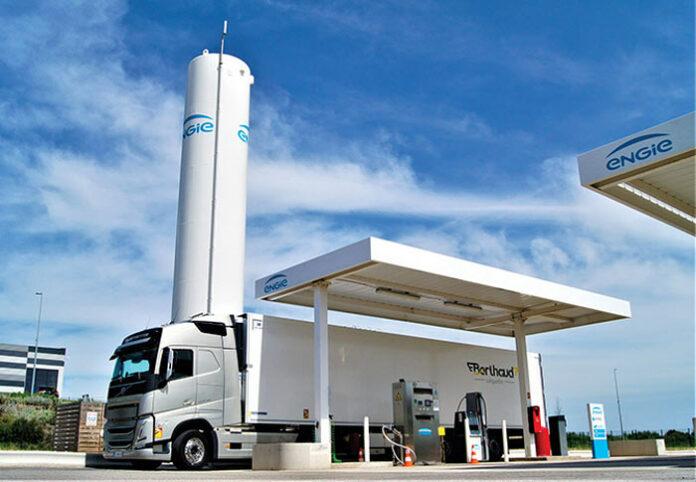 Volvo FH LNG des transport Berthaud en charge dans une station Engie