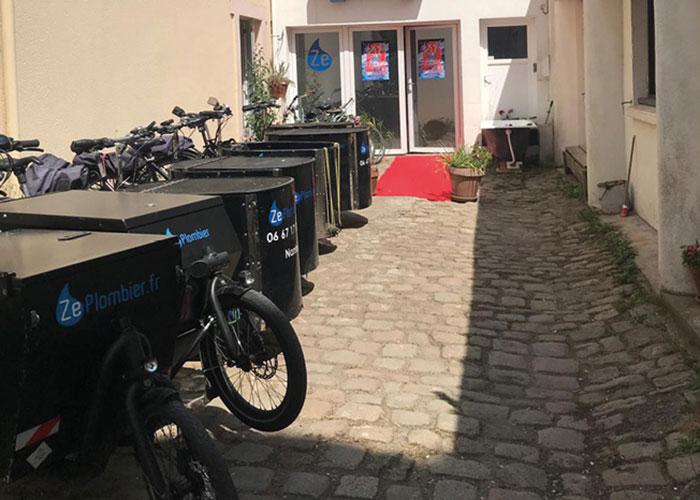 …s'appuie sur une flotte de sept vélos tri et bi-porteurs électriques pour intervenir…