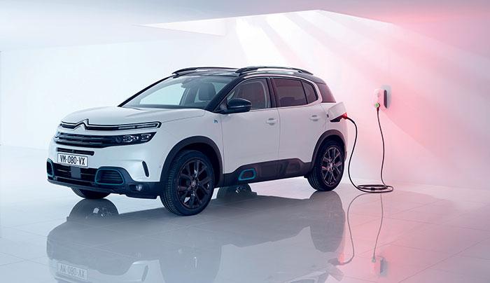 Chez Citroën, le C5 Aircross Hybrid passe à l'hybride rechargeable dans sa version 225 ch PHEV, avec à la clé des émissions de CO2 à 32 g et une autonomie supérieure à 50 km. Pour le tarif, comptez 39 950 euros en finition Business.
