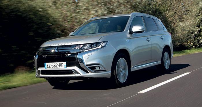 Le Mitsubishi Outlander PHEV s'équipe d'un 2.4 essence de 135 ch, secondé par deux moteurs électriques de 82 ch à l'avant et de 95 ch sur les roues arrière, pour un cumul de 200 ch à 46 g. Les prix débutent à 39 490 euros en Business.