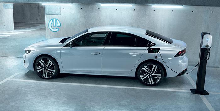 La berline Peugeot 508 PHEV 225e est emmenée par la version « simple traction » du module hybride de PSA : soit 225 ch avec sa batterie de 11,8 kWh qui favorise un CO2 à 28-30 g pour 46 500 euros en Allure Business. L'autonomie varie de 48 à 54 km.