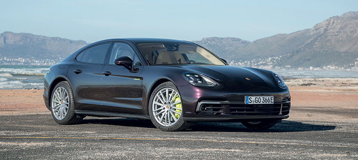 La Porsche Panamera affiche 462 ch, obtenus du 3.0 V6 essence de 340 ch plus 136 ch électriques. Comptez 74 g et 44 km d'autonomie pour 115 276 euros, ou 80 g et 40 km d'autonomie en 680 ch pour la Panamera Turbo S E-Hybrid à 193 036 euros.