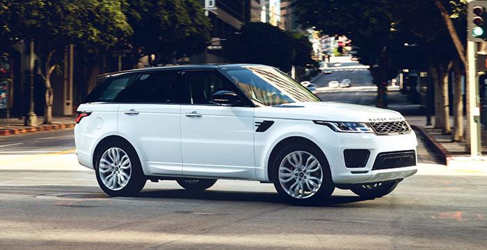 Le Range Rover Sport (4,88 m de long) s'équipe de l'hybridation rechargeable de 404 ch (75 g, 41 km d'autonomie) pour un prix de 91 700 euros, mais aussi de l'hybridation MHEV en 48 V de 404 ch à 90 100 euros (235 g).