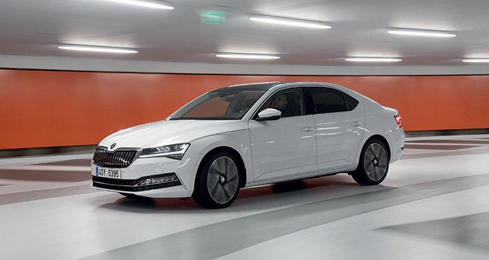 La grande berline Skoda Superb iV hybride rechargeable affiche au total 218 ch à 25-42 g, une autonomie électrique en ville de 60 km et de 46 km en mixte, pour 40 600 euros en finition Business. Le break Combi nécessite 1 100 euros de plus.