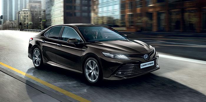 La Camry a droit à la dernière génération full hybrid de Toyota avec le 2.5 essence de 176 ch, aidé par un moteur électrique de 120 ch, soit au total 218 ch. Avec un CO2 limité à 120 g et un prix serré de 39 700 euros en Dynamic Business.