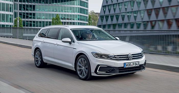 La Passat GTE de Volkswagen offre une hybridation rechargeable de 218 ch (1.4 TSI de 156 ch et 115 ch électriques) pour 27 à 42 g et 47-60 km d'autonomie en tout-électrique. Son prix : 47 360 euros en berline 5 portes GTE Business.