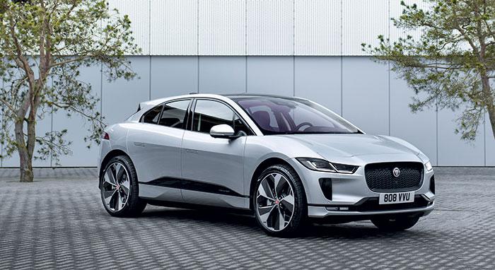 Le Jaguar I-Pace aligne 400 ch grâce à ses deux moteurs électriques et sa batterie de 90 kWh, pour une autonomie de 500 km en WLTP. Avec aussi, depuis cet été, un nouveau chargeur de 11 kW contre 7 kW jusqu'ici. Son prix débute à 79 990 euros.