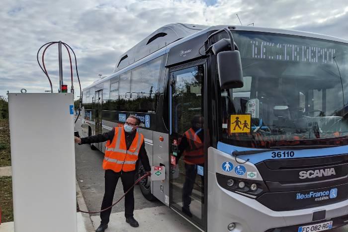 Recharge d'un bus électrique (C) Île-de-France Mobilités et RATP
